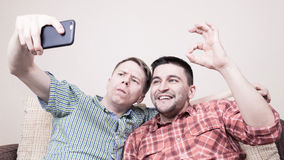 Deux types prenant le selfie Photo stock