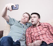 Deux types prenant le selfie Images libres de droits