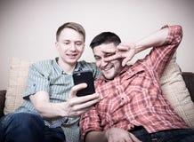 Deux types prenant le selfie Images stock