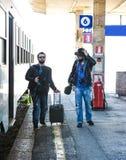 Deux types recherchent leur train Photos libres de droits
