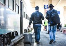 Deux types recherchent leur train Photographie stock