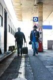 Deux types recherchent leur train Photographie stock libre de droits