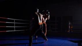 Deux types se préparent aux concours kickboxing Mouvement lent clips vidéos