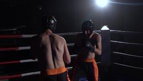 Deux types se préparent aux concours kickboxing Mouvement lent Silhouette clips vidéos