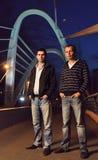 Deux types sur la passerelle de nuit Images libres de droits