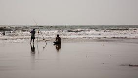 Deux types tournant autour en mer Photo stock