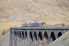 Banc à dossier de viaduc de Ribblehead de Dmu à la ligne de Carlisle Photographie stock libre de droits