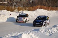 Deux véhicules ensemble sur une piste d'entrée alternativement Photo stock