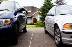 Deux véhicules, maison - durée suburbaine Photo stock