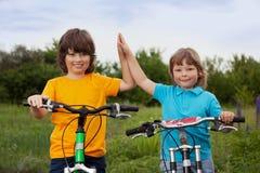 Deux vélos de tour de frères Image libre de droits