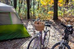 Deux vélos en dehors de tente sur le terrain de camping dans le matin image libre de droits