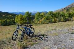 Deux vélos stationnant au-dessus de la vallée Photographie stock