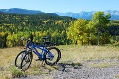 Deux vélos stationnant au-dessus de la vallée Images libres de droits