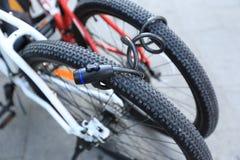 Deux vélos verrouillés ensemble Photos stock