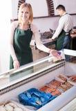 Deux vendeurs des poissons congelés Photos libres de droits