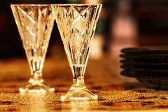 Deux verres à liqueur de vodka sur la table image stock