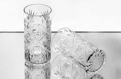 Deux verres à vin en cristal sur le miroir Images libres de droits