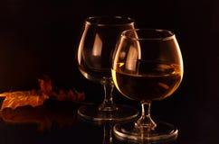Deux verres à vin et lames d'automne Image libre de droits