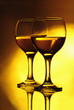 Deux verres à vin sur le miroir Images libres de droits