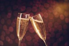 Deux verres élégants de champagne faisant le pain grillé Image libre de droits