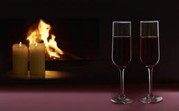 Deux verres avec du vin, les bougies et la cheminée sur le contexte noir Concept de jour du ` s de Valentine Photo stock