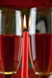 Deux verres avec du vin rosé et une bougie brûlante Photo libre de droits