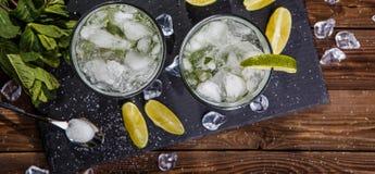 Deux verres avec la boisson, citron Photo libre de droits