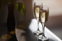Deux verres avec le champagne en café Photo stock