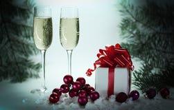 Deux verres avec le champagne, et les boîtes avec des cadeaux sur Noël b Photos libres de droits