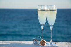 Deux verres avec le champagne ou cave servis dehors sur la terrasse, lu Image libre de droits