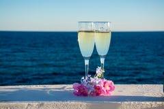 Deux verres avec le champagne ou cave servis dehors sur la terrasse, lu Image stock