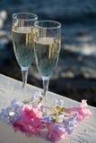 Deux verres avec le champagne ou cave servis dehors sur la terrasse, lu Photo libre de droits
