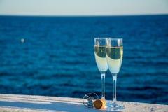 Deux verres avec le champagne ou cave servis dehors sur la terrasse, lu Photo stock