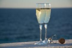 Deux verres avec le champagne ou cave servis dehors sur la terrasse, lu Photos stock