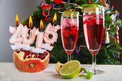 Deux verres avec le champagne rouge de pomgranate Photos libres de droits