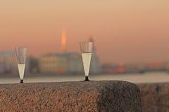 Deux verres avec le champagne sur le remblai de granit de soirée Images libres de droits