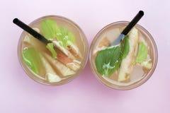 Deux verres avec le thé glacé fait maison avec des morceaux de pêches Boisson régénératrice d'été, vue supérieure image stock