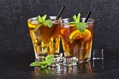 Deux verres avec le th? glac? traditionnel froid avec le citron, les feuilles en bon ?tat et les gla?ons images libres de droits