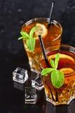 Deux verres avec le th? glac? traditionnel froid avec le citron, les feuilles en bon ?tat et les gla?ons photographie stock libre de droits