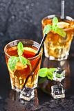 Deux verres avec le th? glac? traditionnel froid avec le citron, les feuilles en bon ?tat et les gla?ons photos libres de droits