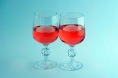Deux verres cristal de vin rose d'isolement image stock