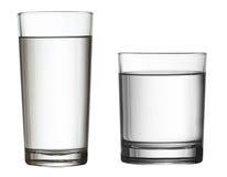 Deux verres d'eau d'isolement sur le chemin de coupure blanc inclus photographie stock