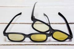 Deux verres 3D par couleur jaune Photographie stock