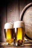 Deux verres de bière blonde photos stock
