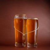 Deux verres de bière pour des amants Images libres de droits