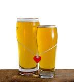 Deux verres de bière pour des amants d'isolement sur le blanc Photos libres de droits