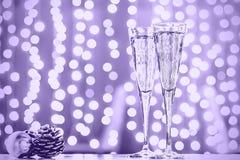 Deux verres de champagne avec des jouets de Noël Bok de fête de lumières Images stock