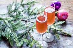 Deux verres de champagne avec la branche d'arbre de Noël Photographie stock