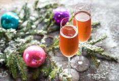 Deux verres de champagne avec la branche d'arbre de Noël Photos libres de droits