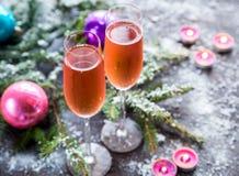 Deux verres de champagne avec la branche d'arbre de Noël Images libres de droits